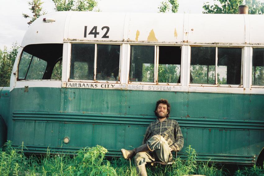 Christopher McCandless vor dem Bus in der Wildnis von Alaska