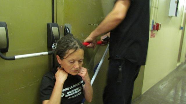 5 TierschützerInnen hängten sich mit Bügelschlössern am Hals an die Eingangstore, um ein Eindringen der polizei zu verhindern