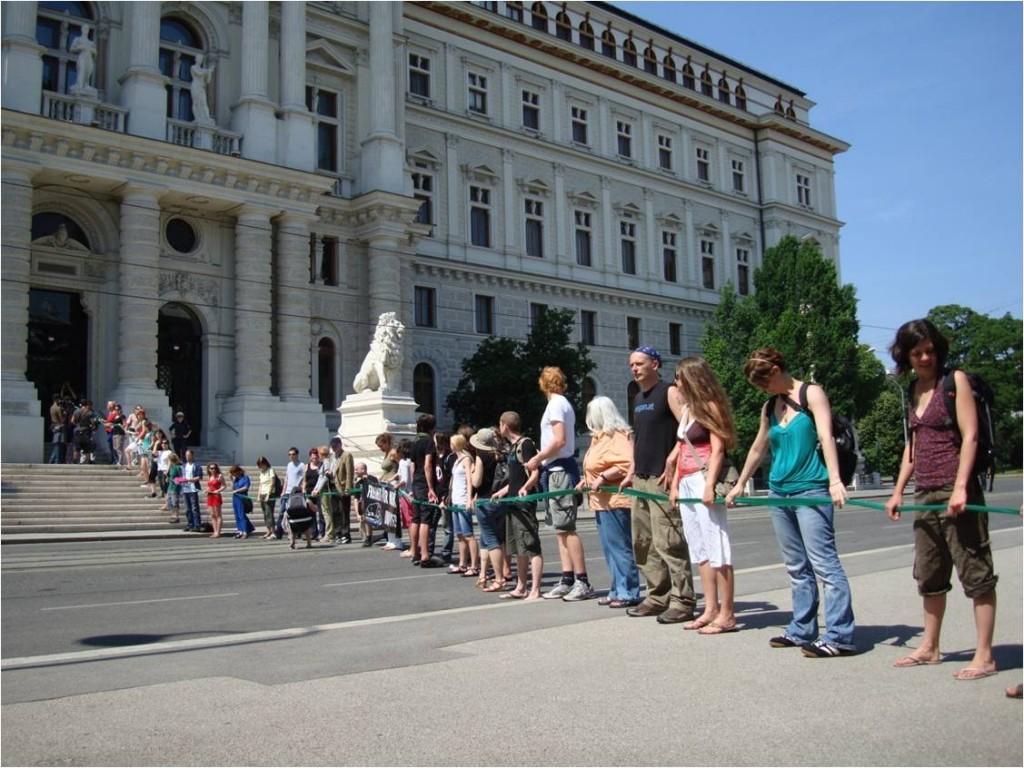 Eine Menschenkette von der Pallas Athene zum Justizpalast, um die Weisheit zu den Höchstgerichten zu tragen!